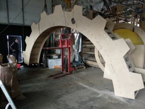 Декоративная арка в форме зубчатого колеса