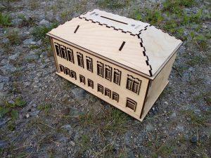 Копилка в форме дома с наличниками