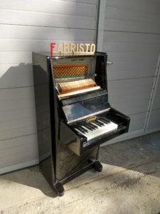 Пианогрызок, так мы называли его между собой. Небольшое пианино по пожеланию заказчика.